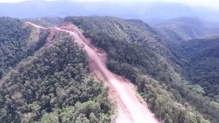 Presiden Joko Widodo (Jokowi) melalui Kementerian PUPR menggarap jalan Trans Papua di Papua Barat sepanjang 1.070, 62 km. Salah satunya di segmen 1 ruas Sorong-Maybrat-Manokwari (594,81 km), Yuk, lihat foto-fotonya.