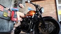 Poppy Sovia mengaku hobi mengendarai sepeda motor. Foto: Instagram Poppy Sovia