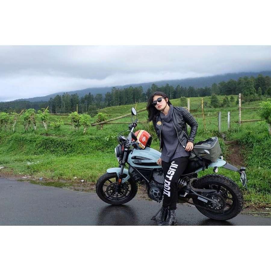 Artis Cantik Ini Juga Biker Seperti Jokowi, Kenalan dengan Si Seksi Maria Vania