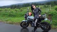 Bagaimana gaya Nabilla Putri dengan motor gedenya? Foto: Instagram Nabilla Putri
