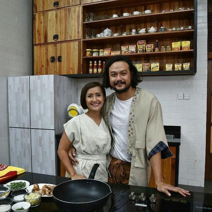 Di satu kesempatan, Widi dan sang suami, Dwi Sasono terlihat sedang memasak berdua dalam sebuah acara. Tak hanya cocok, tapi juga selalu terlihat kompak! Foto: Instagram@widimulia