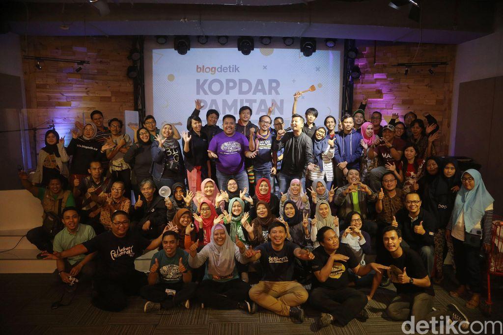 Para anggota dari komunitas blogdetik serta para pendiri blogdetik berfoto bersama saat berlangsungnya acara Kopda Pamitan Blogdetik, Akhiri Dengan Indah di Jakarta, Sabtu (20/1/2018).