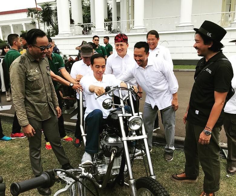 Presiden Joko Widodo (Jokowi) mencoba motor chopper berkelir hitam pada Oktober 2017. Foto: Dok. Instagram shitlicious