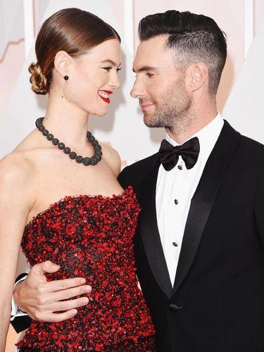 So Sweet! Adam Levine Cat Rambut Jadi Pirang Lagi Demi Senangi Istri