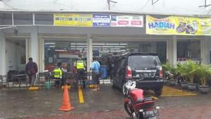 Sopir Salah Injak Pedal, Sebuah Mobil Nyelonong Masuk Mini Market