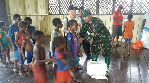 Satgas Kesehatan TNI Beri Vaksin Campak untuk Anak-anak di Asmat
