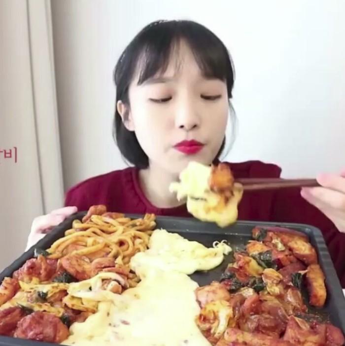 Gadis mungil bernama Nado ini ternyata makannya banyak lho saat Mukbang, bisa dilihat di akun Instagramnya @nado_odo. Foto: Instagram/@wowmukbang