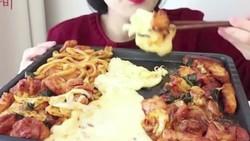 Mukbang dari Korea tengah menjadi tren di media sosial, yakni siaran makan dengan porsi yang tidak sedikit. Nah, orang-orang ini tubuhnya tidak menggemuk lho.