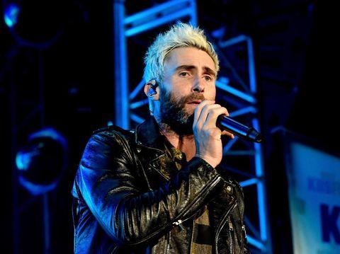 Rambut Adam Levine yang jadi pirang lagi.