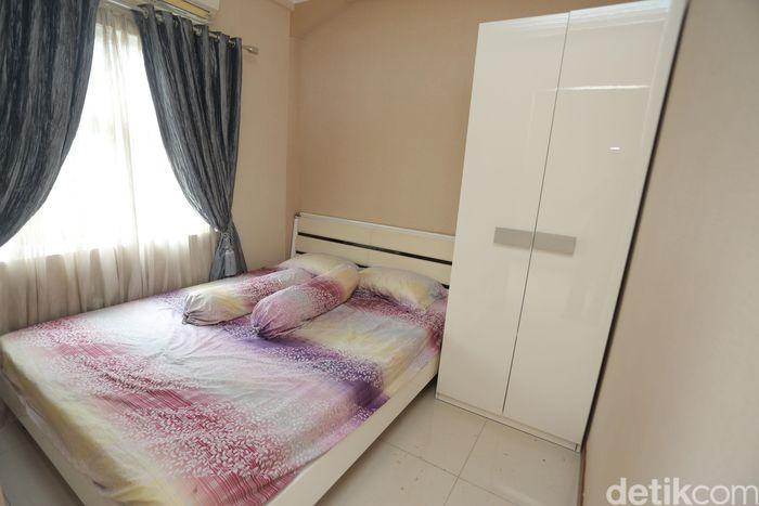 Di lokasi proyek ada rumah contoh yang bisa dilihat-lihat, lengkap dengan perabotan. Perlu dicatat, nantinya rumah yang dijual tanpa perabotan.
