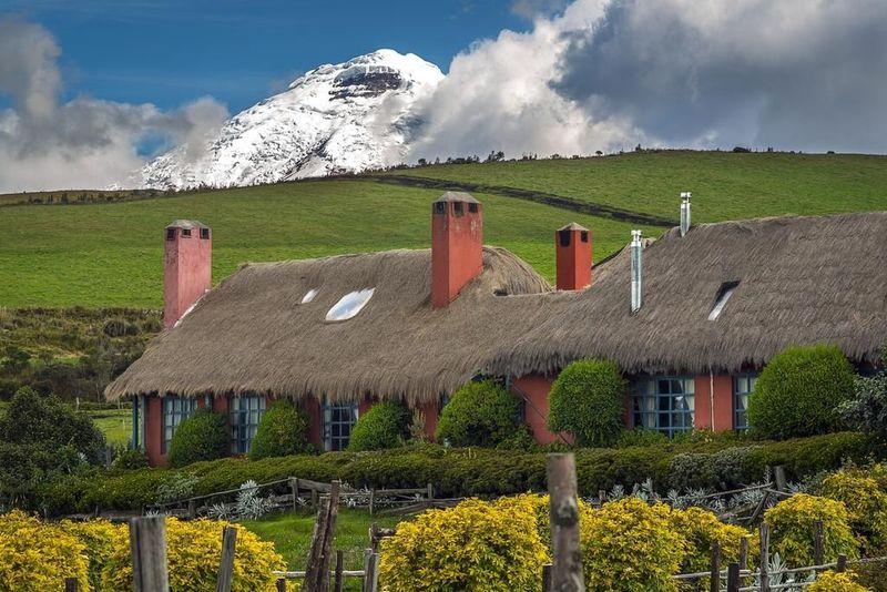 Situs booking.com merilis 6 Penginapan di Puncak Tertinggi Dunia. Dimulai dengan Hotel Hacienda El Porvenir yang dekat dari Taman Nasional Cotopaxi, di Ekuador. Hotel ini berada di ketinggian 3.600 mdpl dan terlihat panorama pegunungan salju (booking.com)