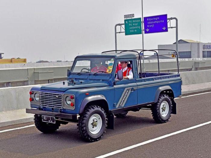 Pada November 2017 lalu, Jokowi meresmikan Tol Becakayu seksi 1B dan 1C. Jokowi kemudian menumpagi Land Rover Defender County tahun 1989 berwarna biru dengan plat nomor RI 1. Istimewa/Agus Suparto/Biro Pers Setpres.