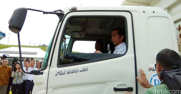 Ini momen saat presiden Jokowi naik ke dalam truk untuk menjajal Tol Bakauheni.