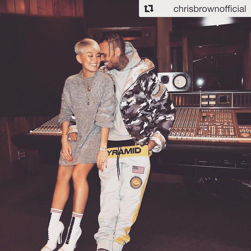 Video Mesra Chris Brown-Agnez Mo, Pacaran atau Hanya Kolaborasi?