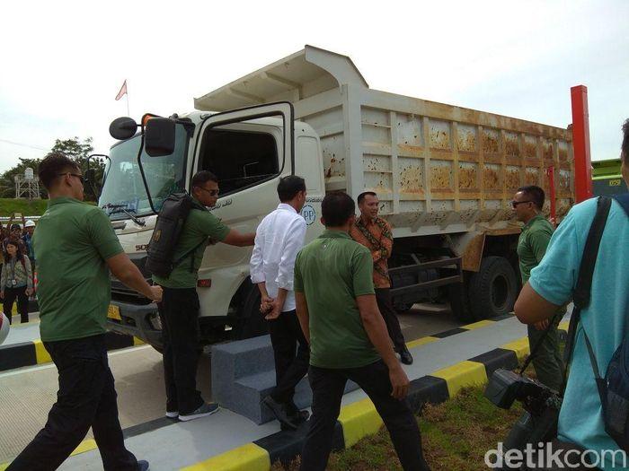 Presiden Joko Widodo (Jokowi) pagi ini menjajal langsung ruas Tol Bakauheni-Terbanggi Besar Segmen Pelabuhan Bakauheni-Simpang Susun Bakauheni menggunakan truk.