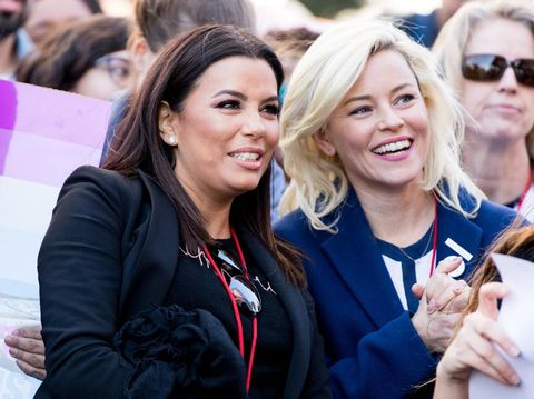Eva Longoria dan Elizabeth Banks di Women's March 2018.