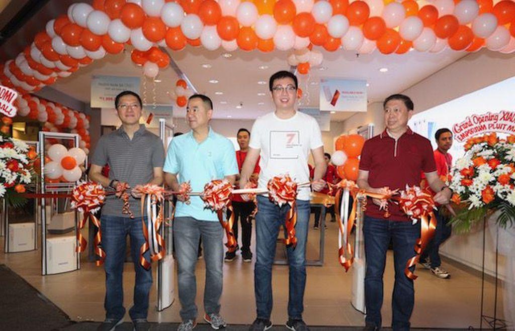 Para petinggi Xiaomi dan Erajaya memotong pita sebagai penanda pembukaan Mi Store. Foto: Xiaomi Indonesia