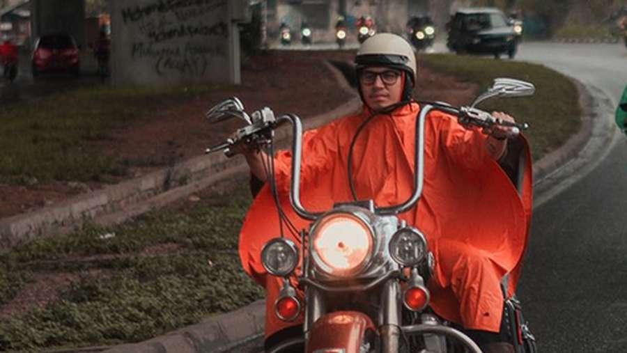 Dengan Jas Hujan, Gaya Kevin Julio Riding Temui Jokowi