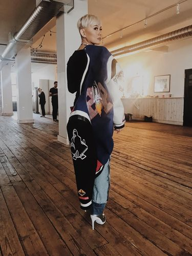 Agnez Mo dengan ankle boots Off-White.