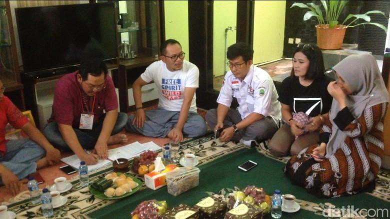 Sambil Lesehan, Tim KPU Lakukan Coklit di Rumah Menaker