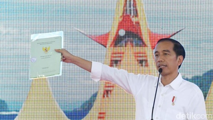 Jokowi Bagikan 3.500 Sertifikat Tanah ke Warga Lampung (Laily Rachev-Setpres)