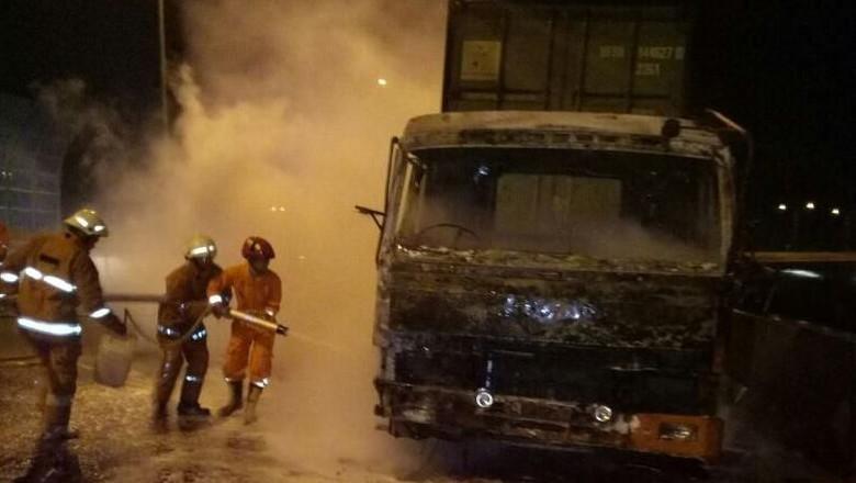 Truk Kontainer Terbakar di Tol Kalibaru Arah Cilincing