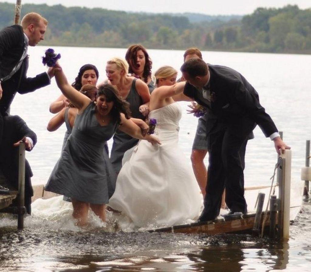 Dermaga tiba-tiba roboh ketika sepasang pengantin merayakan pernikahan di atasnya. Foto: internet