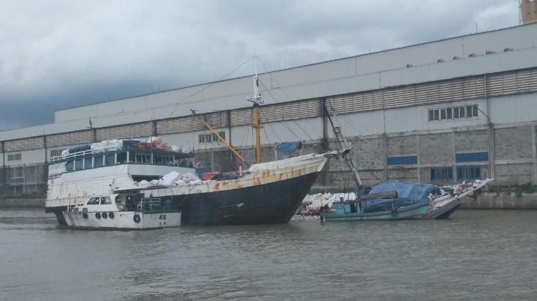 Alami Kebocoran, KLM Mayang Sari Kandas di Pelabuhan Kalimas