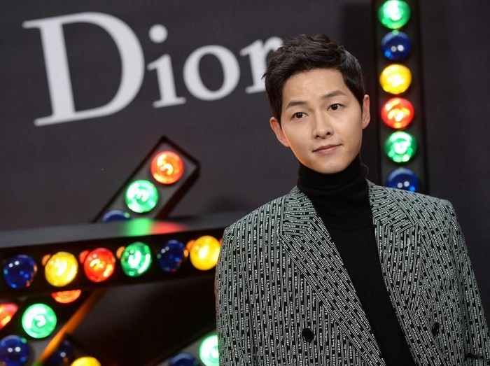 PARIS, FRANCE - JANUARY 20: Song Joong-ki poses at Dior Homme Menswear Fall/Winter 2018-2019 show as part of Paris Fashion Week at Grand Palais on January 20, 2018 in Paris, France.  (Photo by Pascal Le Segretain/Getty Images)