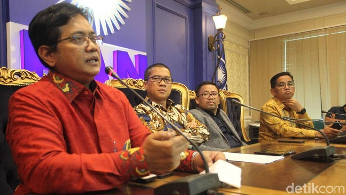 Sekretaris Fraksi PAN DPR Yandri Susanto bersama sejumlah anggota DPR dari Fraksi PAN seperti Viva Yoga Mauladi, Daeng Mohamad, dan H Bakri menggelar jumpa pers di gedung DPR, Jakarta, Senin (22/1/2018). Fraksi Partai Amanat Nasional (PAN) meluruskan pernyataan ketua umum mereka, Zulkifli Hasan terkait pembahasan isu Lesbian, Gay, Bisexual, Transgender atau LGBT di DPR yang jadi sorotan. PAN menyebut memang tidak ada pembahasan RUU LGBT di DPR.