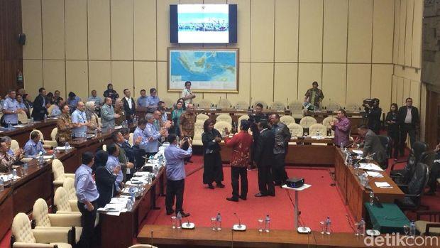 Susi Pudjiastuti dapat ucapan selamat dari anggota Kom. IV DPR