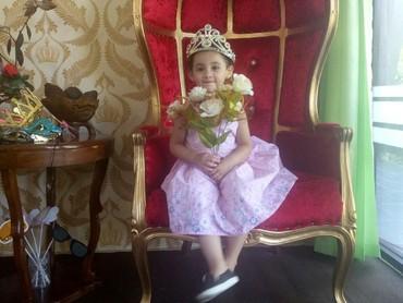 Wah, Keisha lagi berpose jadi princess nih. Tambah imut aja deh kamu, Nak. (Foto: Instagram/ @arumi_arumi_94)