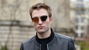 Kedapatan Ciuman, Ini Gandengan Baru Robert Pattinson