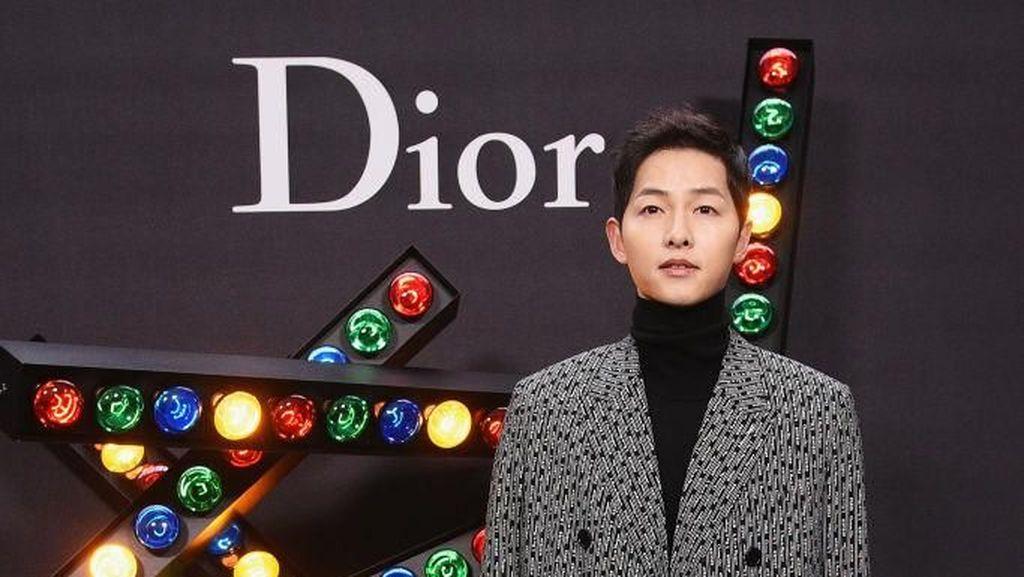 Gaya Song Joong Ki di Show Dior yang Tak Kalah Keren dari Robert Pattinson