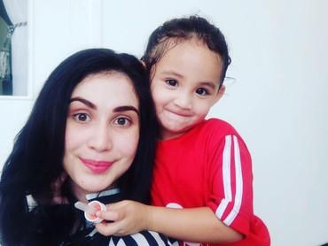 Senyum begini, kecantikan Keisha nggak kalah lho sama Bunda Arumi. (Foto: Instagram/ @arumi_arumi_94)