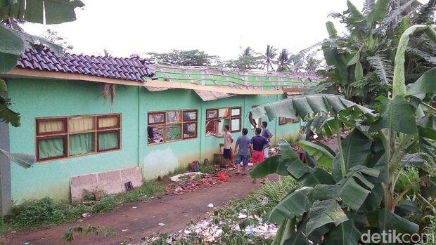 Atap Sekolah Di Jepara Roboh Diterjang Angin Sejumlah