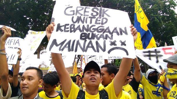 Ultras mania saat melakukan aksi di DPRD Gresik