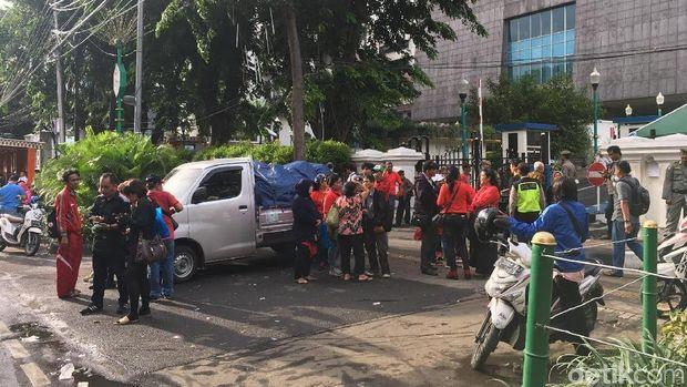 Massa sopir angkot trayek Tanah Abang yang demo di DPRD DKI membubarkan diri