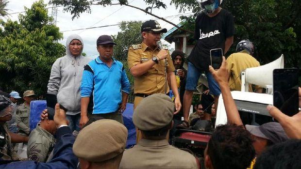 Gaya Pasha saat menemui demonstrans