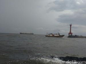 Diterjang Gelombang, Penumpang Kapal Tujuan Pulau Gili Jatuh ke Laut