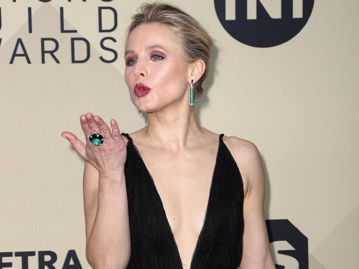 LOS ANGELES, CA - JANUARY 21:  Host Kristen Bell onstage during the 24th Annual Screen Actors Guild Awards at The Shrine Auditorium on January 21, 2018 in Los Angeles, California. 27522_010  (Photo by Christopher Polk/Getty Images for Turner Image)