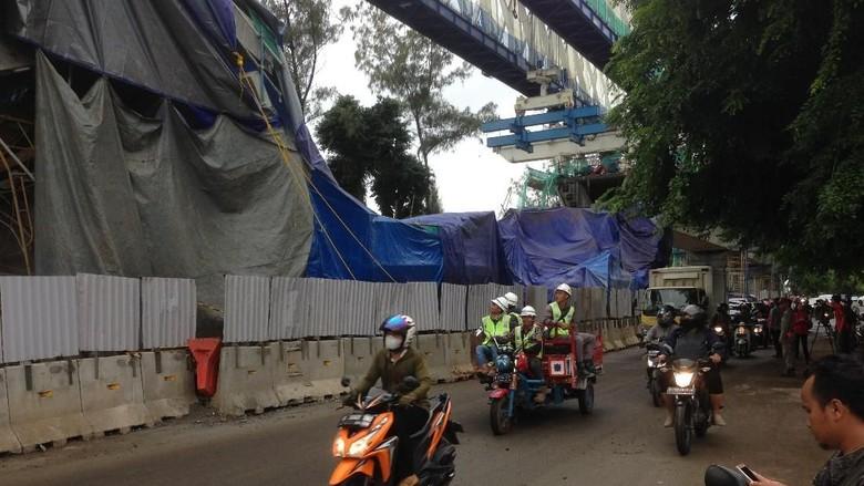 Datangi Lokasi Beton LRT Roboh, DPRD Ingatkan Kualitas Bangunan
