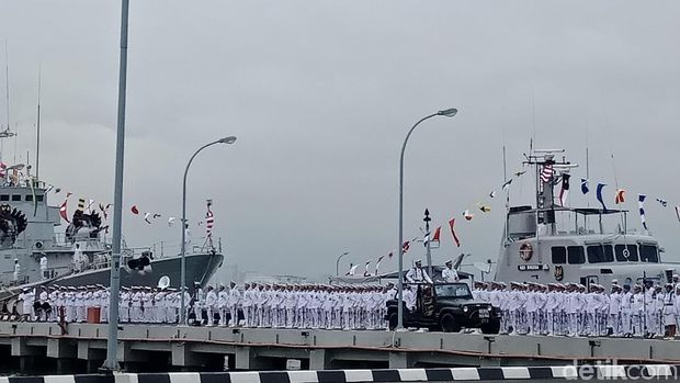 Kepala Staf Angkatan Laut (KSAL) Laksamana TNI Ade Supandi mengukuhkan Satuan Kapal Patroli (Satrol) Pangkalan Utama AL (Lantamal), Senin (22/1/2018)