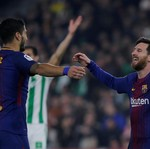 Suarez Tebengi Messi, Sang Istri Jadi Duduk di Belakang Deh