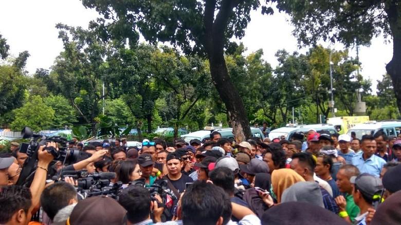 Sopir Angkot Geruduk Balai Kota DKI, Protes Penutupan Jalan