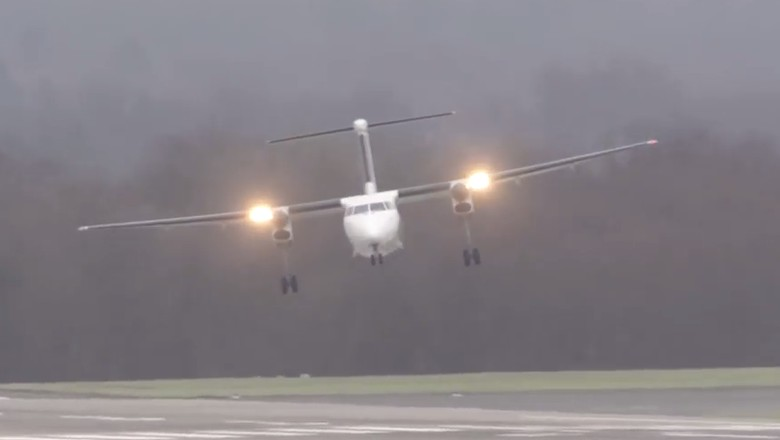 Pesawat terayun di tengah badai (Cargospotter/Youtube)