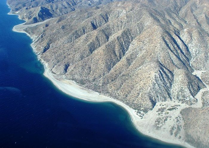 Di Meksiko terdapat pulau seluas 35.000 hektar yang berlokasi di kawasan lepas pantai La Paz. Kondisi pulau ini didominasi oleh hamparan pasir serta pegunungan. Pulai ini memiliki nilai US$ 20 juta atau Rp 270 miliar (kurs Rp 13.500). Istimewa/Gulf News.