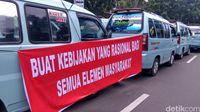 Spanduk Protes Sopir Angkot Trayek Tanah Abang di Balai Kota DKI Jakarta