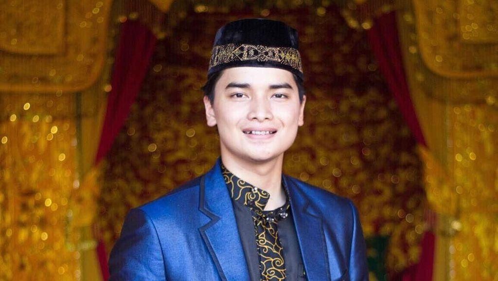 Alvin Faiz Terima Warisan Jubah dan Tasbih Peninggalan Arifin Ilham