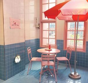 Kafe Serba Pink Bertema Kolam Renang dan Telur dalam Kopi yang Ampuh Turunkan Berat Badan